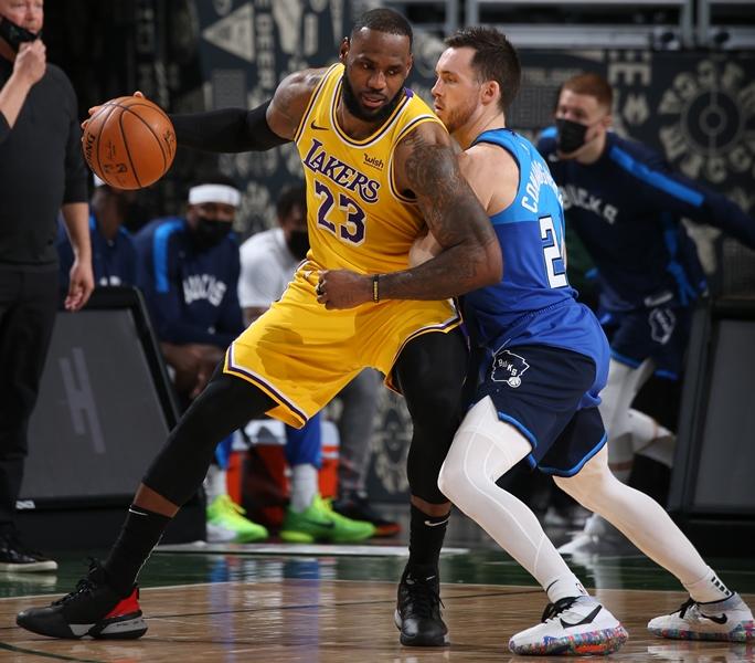 Los Lakers de LeBron James apelan a los triples para derrotar a los Bucks